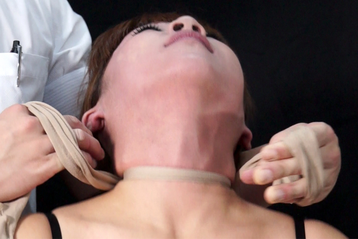 女性の首・喉・首絞め サンプル画像01