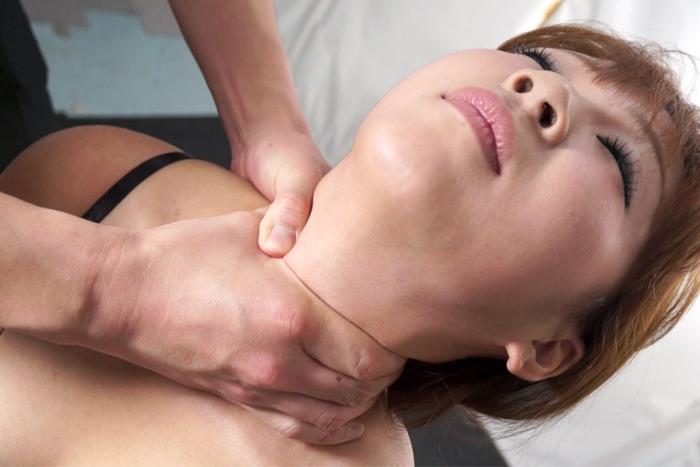 女性の首・喉・首絞め サンプル画像12
