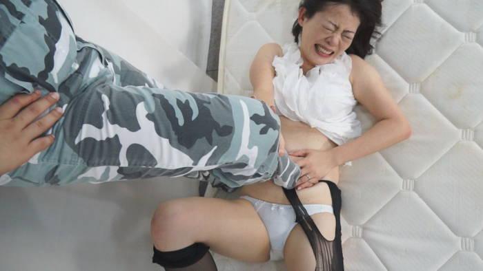人妻腹パンチ 3 東堂さゆみさん46歳に暴力をふるってみた サンプル画像01
