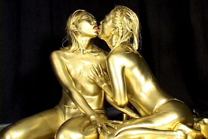 [盗撮]金粉にまみれたらレズになった巨乳ギャル! 企画フェチ動画です。
