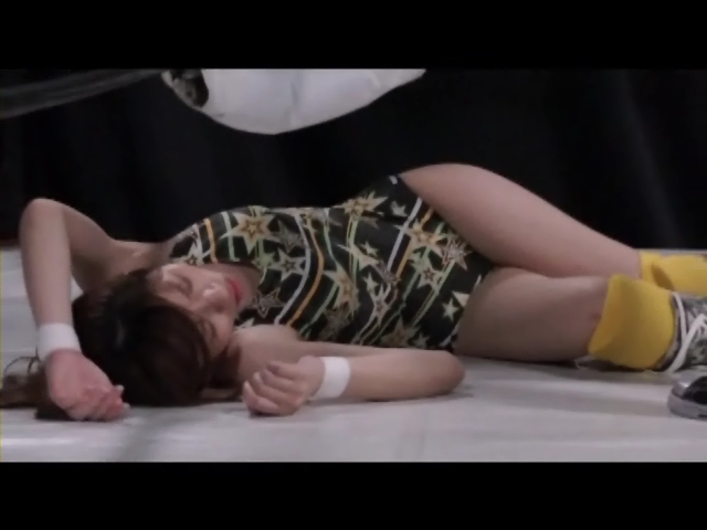 キャットファイト 女子プロレス  雨宮める レディ・エリザベス 美少女レスラー ダウン