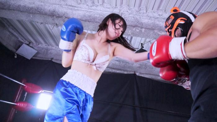 ミックスボクシング 松岡香純 左ストレート 青トランクス